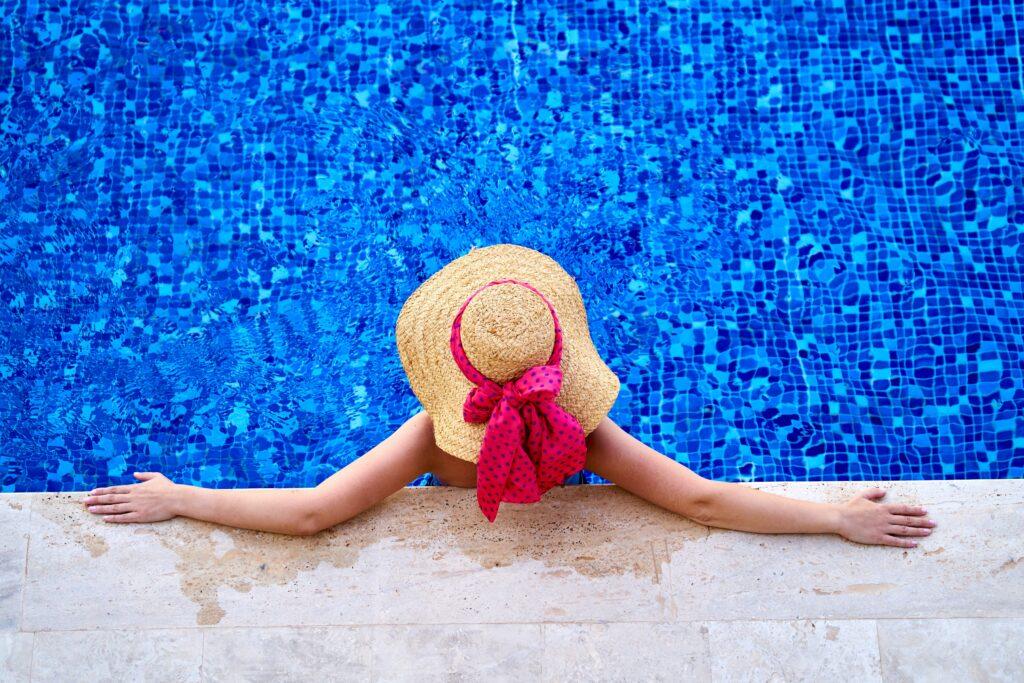 Schwimmbadwasser muss gemessen werden, um den Chlorgehalt zu regeln.