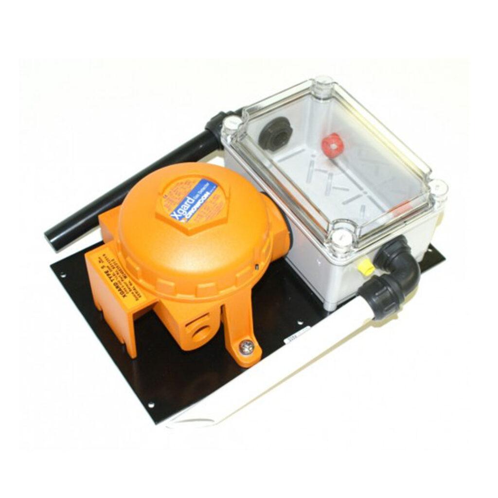 Mit einer ASU (Air Sampling Unit) können gefährliche Gase in einem Lüftungskanal überwacht werden. Die Crowcon Air Sampling Unit ASU wird ausserhalb des Lüftungskanal montiert. Durch ein Rohr wird Testluft in eine Ansaugkammer geführt wo der Gassensor XGard montiert ist. Die Restluft wird über eine weiteres Rohr auf der anderen Seite der Ansaugkammer wieder zurück in den Lüftungskanal geführt.