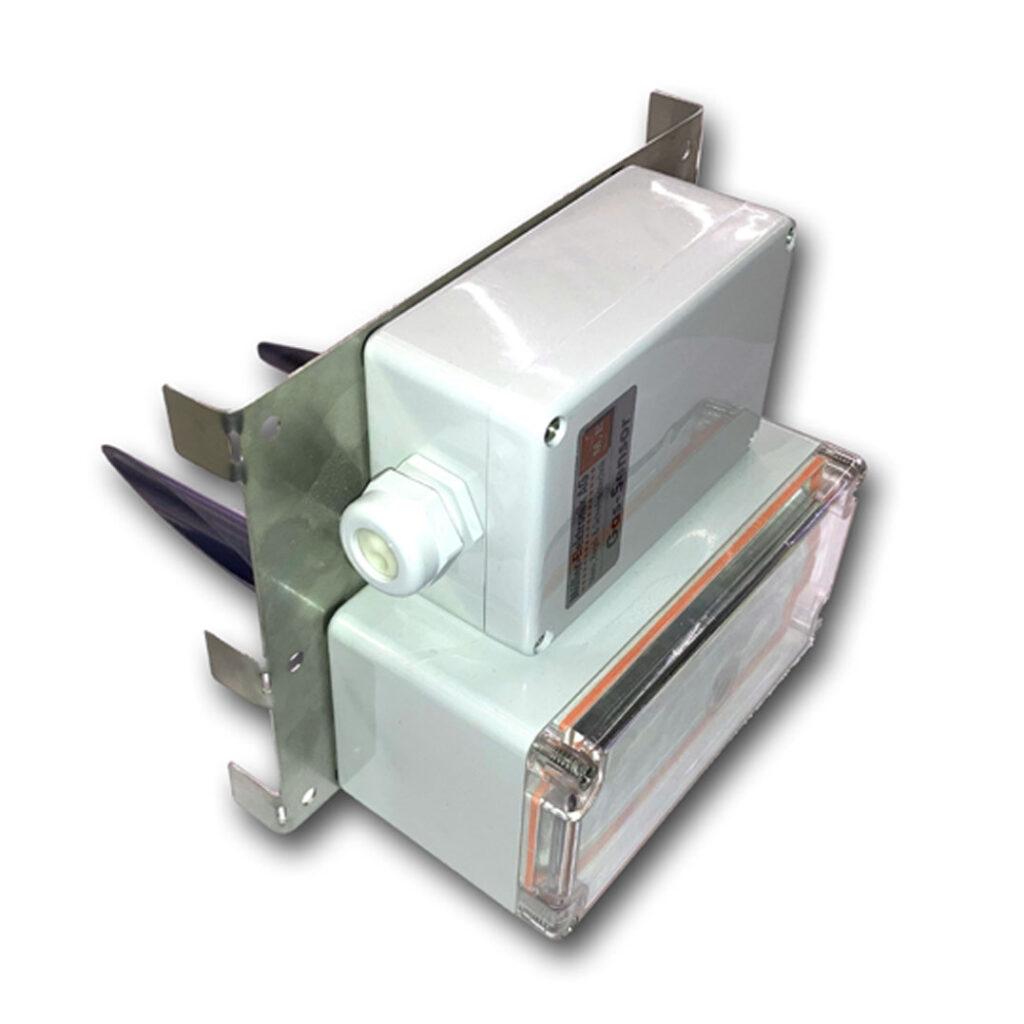 Die Air Box 1250 von Müller-Elektronik AG dient zur Messung von Gasen in Lüftungskanälen. Egal ob runde oder eckige Kanäle, dieser Aufbau für den Gassensor ME 1250 bietet eine einfache Montage. Mit den angewinkelten Einlass- und Auslassrohren greift die Air Box die vorbeiströmende Luft ab und führt sie zum Gassensor.