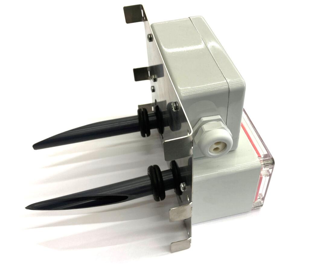 ME 1250 Airbox, Seitenansicht mit abgewinkelten Rohren für in den Lüftungskanal.