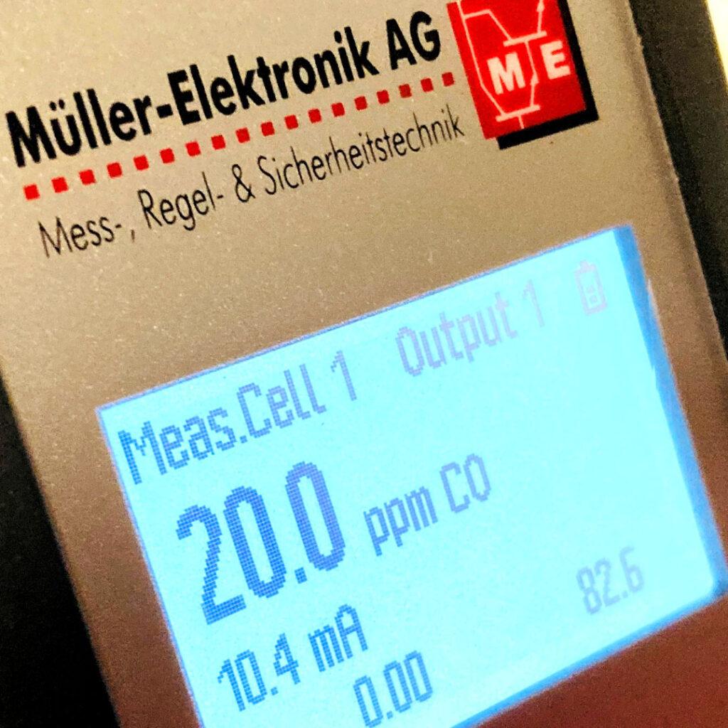 Gaswarnanlagen müssen regelmässig gewartet werden, um ihre Funktion erfüllen zu können. Die Wartung umfasst die Kalibrierung der Sensoren und falls erforderlich den Ersatz von Verschleissteilen. Für die meisten Anwendung wird die Wartung einmal jährlich durchgeführt. Spezielle Anwendungen können eine halbjährliche Wartung erfordern. Je nach Messverfahren und Gaskonzentration muss nach einem Gasalarm eine sofortige Wartung durchgeführt werden.